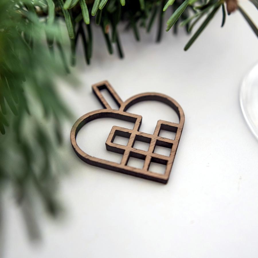 Små udskårede julehjerter – sæt á 4 stk. Valnød